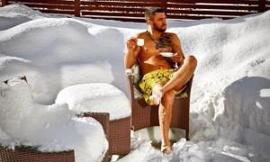 Ломаченко в трусах випив філіжанку кави на засніженому подвір'ї. ВІДЕО