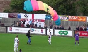 У Польщі футбольний матч зупинив парашутист