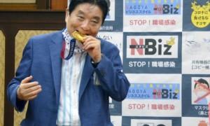 Мер японського міст надкусив золоту медаль олімпійської чемпіонки й пошкодив її