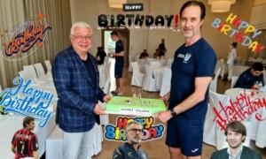 Шикарний торт і зворушливі побажання: у збірній України привітали тренера з ювілеєм