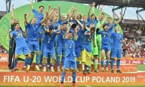 На прес-конференції Петракова футболісти збірної України облили всіх водою