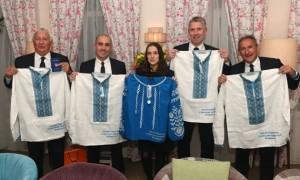 Шахтар подарував представникам Манчестер Сіті вишиванки та українські паспорти