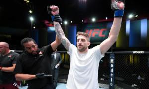 Докос достроково переміг Олійника. Результати турніру UFC Fight Night 185