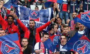 Фанати ПСЖ покачали стюарда на руках після матчу з МЮ. ВІДЕО