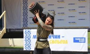 26-річна харків'янка Ганна Васюк тягає вантажівки та літаки