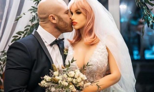Бодібілдер з України одружився із гумовою лялькою