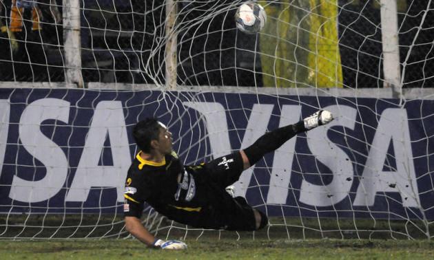 У Болівії фанати закидали воротаря петардами