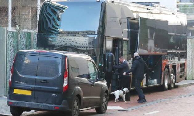 Тренер Манчестер Юнайтед за допомогою собаки-шукача оглядав автобус команди