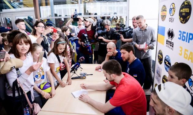 Зірки баскетбольної збірної України провели автограф-сесію. ФОТО