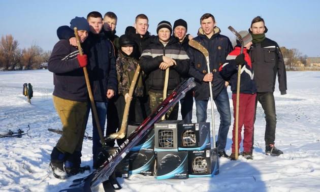 Порошенко подарував екіпіровку хокеїстам, які грають на сільському ставку. ФОТО