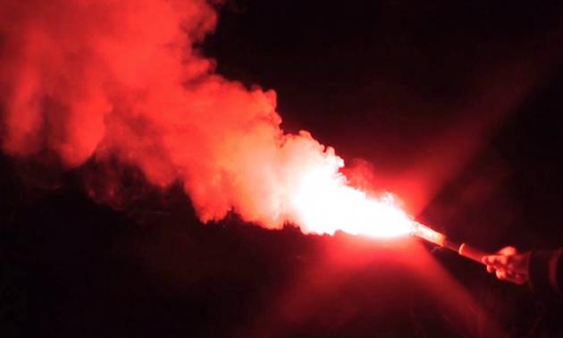 Фанати АЕКа закидали уболівальників Аякса фаєрами, є постраждалі. ВІДЕО