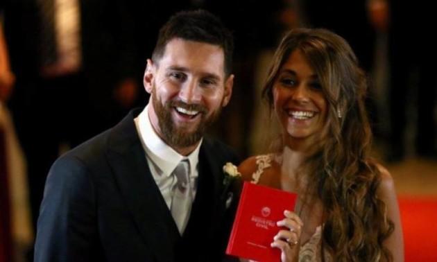 """У Мережу """"злили"""" раніше неопубліковане фото Мессі з дружиною"""
