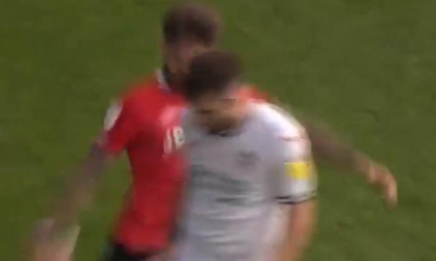 Футбол без правил. Суддя покарав футболіста лише жовтою карткою за навмисний удар суперника ззаду