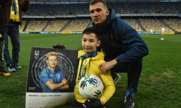 Вчинок дня: Шевченко та Зінченко здійснили мрію безногого хлопчика, зігравши з ним у футбол