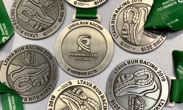 Running club Poltava презетував медаль фінішера на годинний забіг