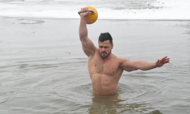 Фото дня. Українці встановлювали рекорд з підіймання гирі у крижаній воді