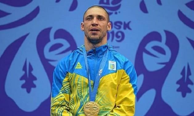 Наймиліше фото дня. Український чемпіон привіз золоту медаль новонародженому сину
