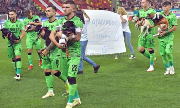 Собаки теж люди. Гравці Динамо влаштували гідну акцію перед матчем