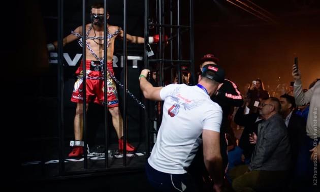 Яскраве шоу від Дениса Берінчика. Український чемпіон вийшов на ринг в образі легендарного кіногероя