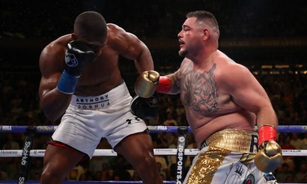 Руїс нокаутував Джошуа в першому бою і відібрав чемпіонські пояси у британця. Згадуємо як це було
