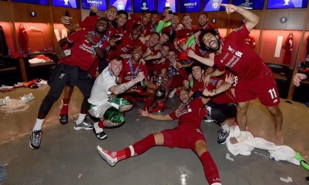 Неймовірні емоції гравців Ліверпуля в роздягальні після перемоги у фіналі Ліги чемпіонів