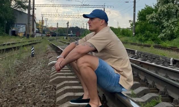 Усик влаштував небезпечну фотосесію на залізниці