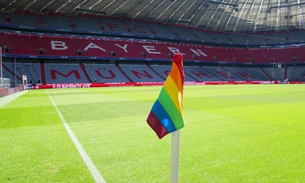 Баварія вивісила кутові прапорці на Альянц Арені в підтримку ЛГБТ