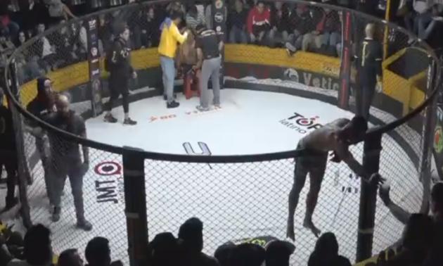 Боєць MMA освіжився пивом між раундами