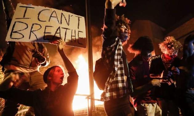 Вандали-протестувальники у США намалювали на пам'ятнику знаменитому хокеїстові серп і молот