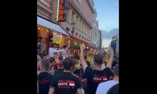 Респект дня. Українські та австрійські фанати весело проводять час разом