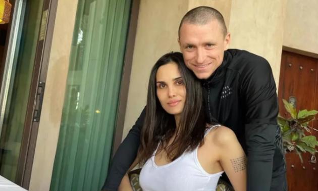 Дружина скандального футболіста викрила чоловіка у зраді та показала фото коханки