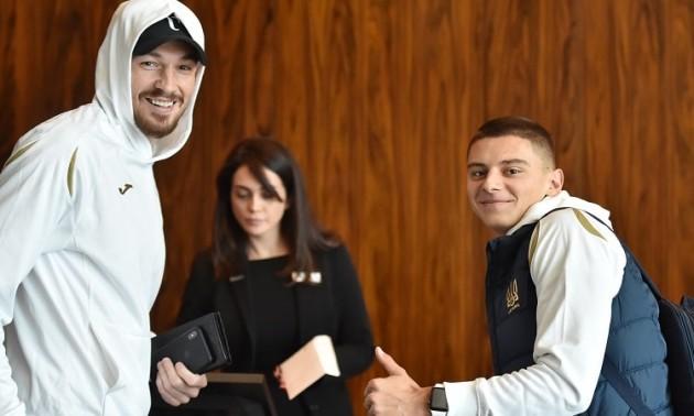 Посмішки, обійми та жарти. Футболісти збірної України заселилися в Хілтон