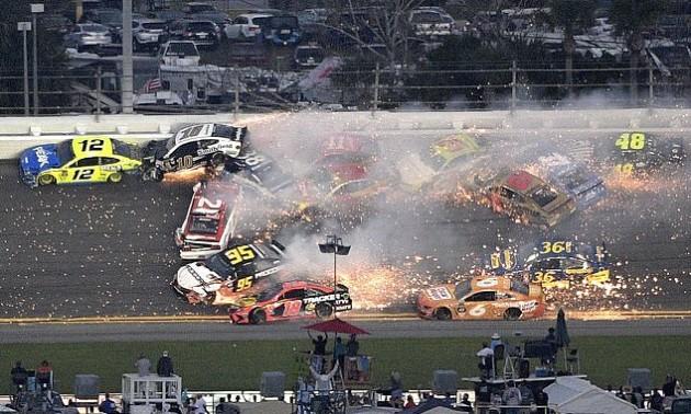 Масова аварія з 20-ти машин була спровокована в гонці NASCAR. ВІДЕО