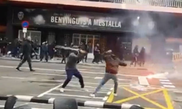 Фанати Барселони і Валенсії влаштували масову бійку