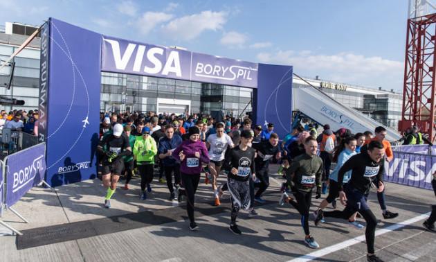 Тисячі людей вибігли на злітно-посадкову смугу в аеропорту Бориспіль