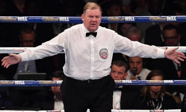У боксі вибухнув скандал через фото судді з телефоном під час бою