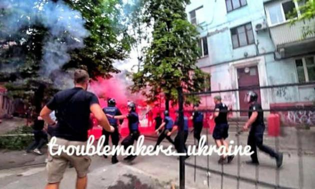 Між фанатами ЦСКА і Зорі сталася масова бійка перед матчем