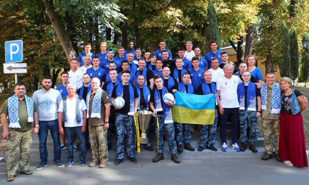 Динамо подарувало звільненим морякам абонементи на домашні матчі і клубну атрибутику