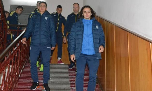 Футболісти та тренери молодіжної збірної України провідали героїв АТО. ФОТО