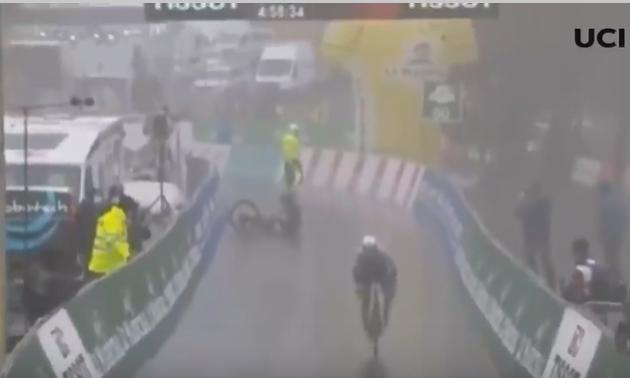 Велогонщик впав перед фінішем і втратив перемогу