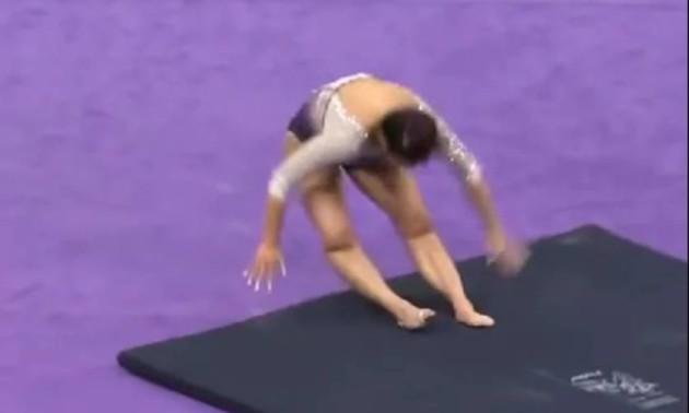 Гімнастка зламала обидві ноги під час приземлення (18+)