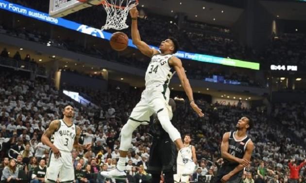 Данк Адетокунбо від штрафної лінії - момент дня в НБА