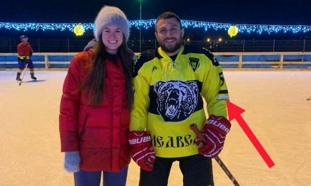 Ломаченко грає у хокей у формі з прапором Російської імперії