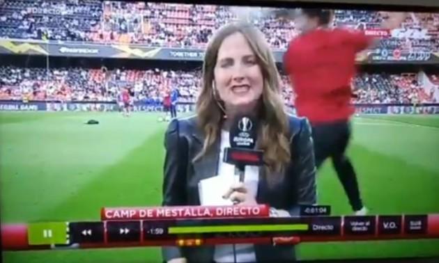 Під час матчу Ліги Європи м'яч прилетів журналістці в голову