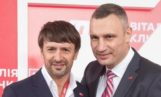 Фото дня: Кличко підписав книгу Шовковському