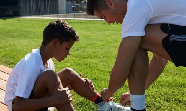 Роналду вдарив свого сина чемпіонським кубком