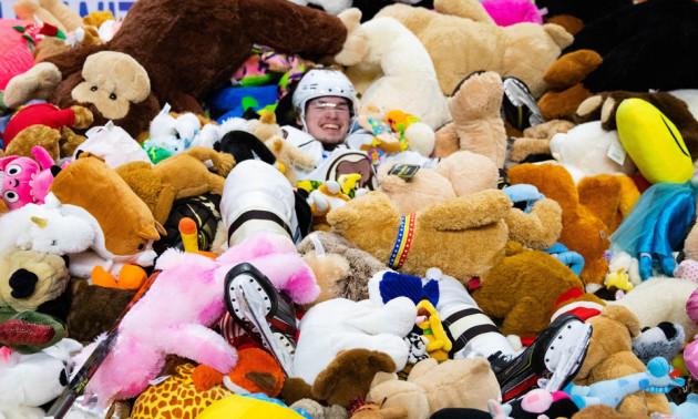 У США під час хокейного матчу фанати викинули на лід понад 45 тисяч іграшок