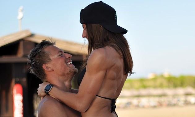 Найкрасивіша пара українського спорту продемонстрували ніжний поцілунок