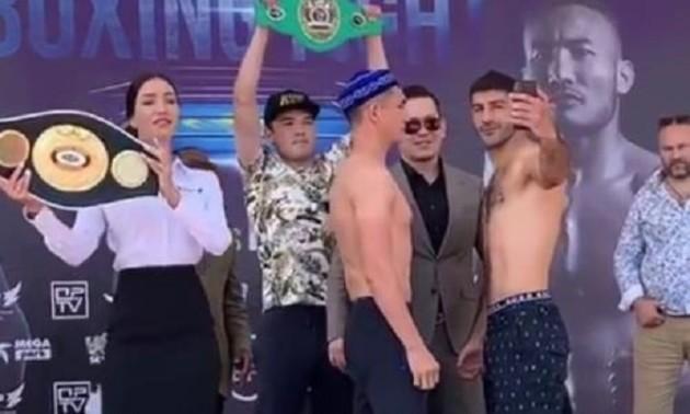 Український боксер відволікся під час дуелі поглядів, щоб зробити селфі