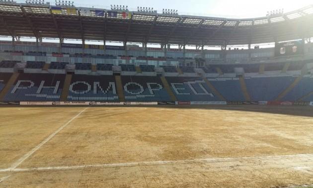 В Одесі фарбують газон перед матчем ЛЄ. ВІДЕО